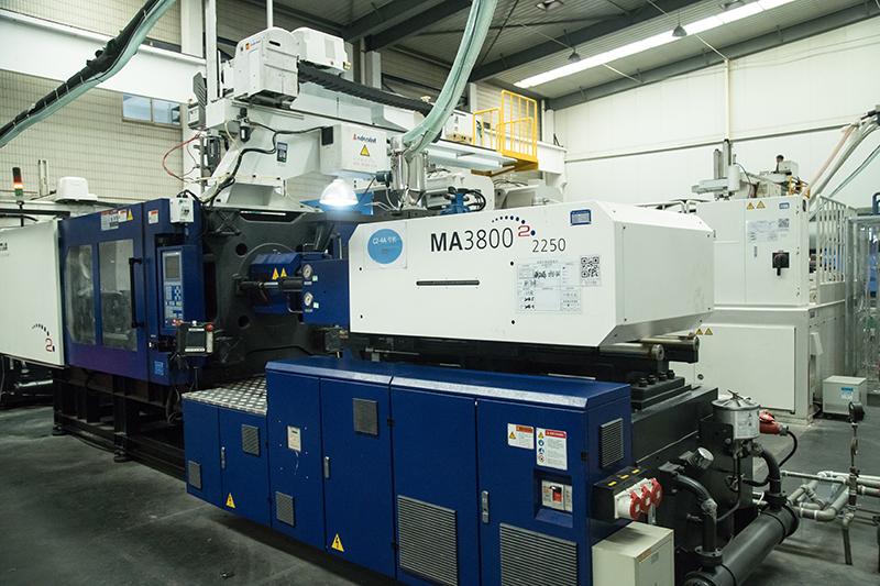 Monochrome injection molding machine