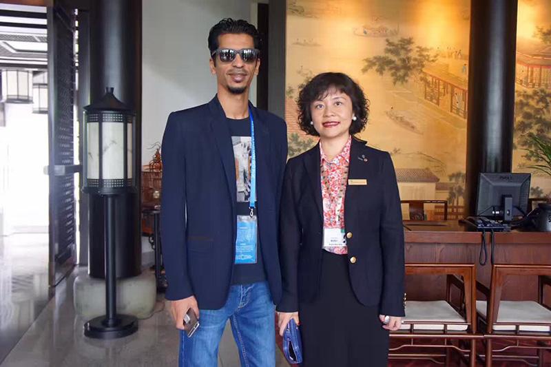 沙特王子办公室联络人巴图与悦榕庄酒店总经理王晓云合影